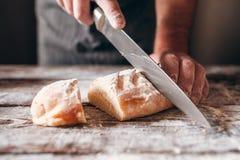 Cortar el primer crujiente fresco del pan Fotografía de archivo libre de regalías