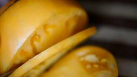 Cortar el tomate amarillo por el cuchillo culinario metrajes