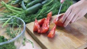 Cortar el tomate rojo metrajes