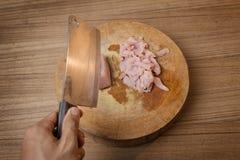 Cortar la carne de cerdo cruda en tabla de cortar Fotos de archivo