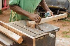 Cortar la madera con la sierra eléctrica vieja imágenes de archivo libres de regalías