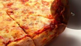 Cortar la pizza Margherita almacen de video