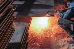 Cortar la placa de acero con la llama imagen de archivo