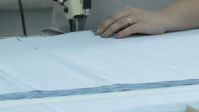 Cortar la tela, trabajo de costura Sala de despiece, cortando el cuchillo azul de la adaptación del paño almacen de video