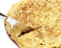 Cortar la tortilla española Fotografía de archivo libre de regalías
