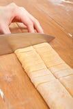 Cortar las pastas hechas en casa del huevo Imagenes de archivo