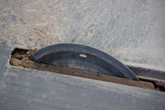 Cortar las tejas con una herramienta especial teja de la porcelana o baldosas cer?micas para acabar el apartamento o la casa colo fotografía de archivo libre de regalías