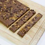Cortar los brownie hechos en casa en fondo de madera Fotografía de archivo