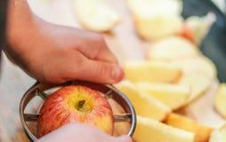 Cortar manzanas frescas Foto de archivo libre de regalías