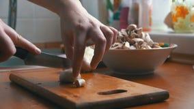 Cortar setas en un tablero de la cocina metrajes