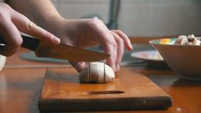 Cortar setas en un tablero de la cocina almacen de video
