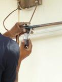 Cortar un tubo de cobre con un cortador de tubo Fotografía de archivo libre de regalías