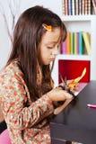 Cortar una casa en un papel rojo Fotos de archivo libres de regalías