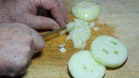 Cortar una cebolla en un tablero de madera almacen de video