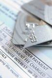 Corte acima o cartão de crédito Fotos de Stock