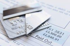 Corte acima o cartão de crédito Fotos de Stock Royalty Free