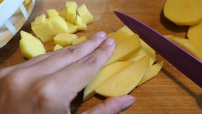Corte a batata em fatias para uma sopa vídeos de arquivo