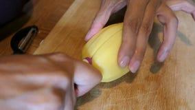 Corte a batata em fatias para uma sopa video estoque