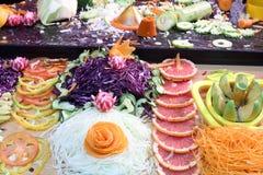 Corte belamente legumes frescos e frutos coloridos Foto de Stock