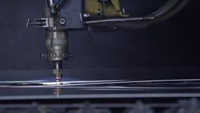 Corte a chapa metálica na oficina Ferramenta moderna na indústria pesada Trabalho perigoso Fabricação da elevada precisão das peç video estoque