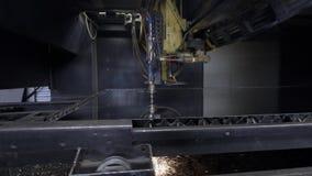Corte a chapa metálica na oficina Ferramenta moderna na indústria pesada Trabalho perigoso Fabricação da elevada precisão das peç vídeos de arquivo