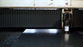 Corte a chapa metálica na oficina grampo Máquinas do laser da fibra para o close-up do corte do metal Ferramenta moderna na indús foto de stock royalty free