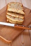 Corte charlotte na placa de madeira Fotos de Stock Royalty Free