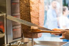 Corte com carne turca tradicional do no espeto de Doner da faca do doner Alimento turco da rua da culinária em Istambul, Turquia fotos de stock
