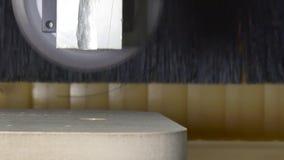Corte com a serra circular no CNC da madeira da máquina de trituração vídeos de arquivo