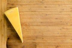 Corte a cunha do queijo fresco de Maasdam do Dutch imagens de stock royalty free