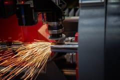 Corte da chapa metálica As faíscas voam do laser pelo cutti automático fotos de stock royalty free