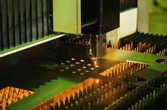 Corte da chapa metálica em uma máquina do laser foto de stock royalty free