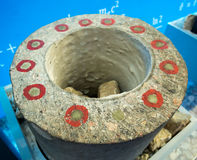 Corte da coluna concreta com encaixe plástico foto de stock