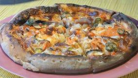 Corte da pizza em fatias usando uma faca de aço video estoque