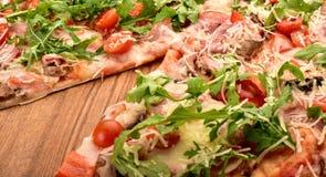 Corte da pizza em um fim de madeira da bandeja acima fotos de stock royalty free