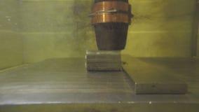 Corte da precisão das peças de metal usando uma máquina da descarga elétrica video estoque