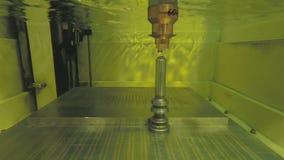 Corte da precisão das peças de metal usando uma máquina da descarga elétrica vídeos de arquivo