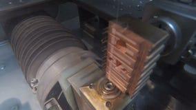 Corte da precisão das peças de metal usando uma máquina da descarga elétrica filme