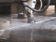 Corte da pressão de água através dos materiais de aço inoxidável Fotografia de Stock Royalty Free