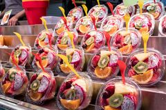 Corte da salada de fruto fresco e empacotado Alimento e bebida para o summe imagens de stock royalty free
