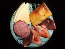 corte da salsicha e do queijo e panqueca fritada com carne para o café da manhã fotos de stock