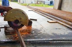 Corte das barras de aço do ferro TMT com o cortador e geração de aço motorizados de faíscas foto de stock royalty free