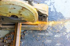 Corte das barras de a?o do ferro TMT com o cortador e gera??o de a?o motorizados de fa?scas imagem de stock