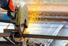 Corte das barras de a?o do ferro TMT com o cortador e gera??o de a?o motorizados de fa?scas fotos de stock royalty free