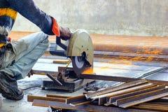 Corte das barras de a?o do ferro TMT com o cortador e gera??o de a?o motorizados de fa?scas imagens de stock