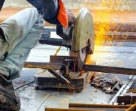 Corte das barras de a?o do ferro TMT com o cortador e gera??o de a?o motorizados de fa?scas foto de stock royalty free
