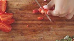 Corte das mãos srawberry com faca de cozinha filme
