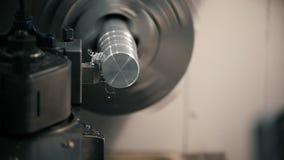 Corte das peças de metal na máquina do torno na fábrica, aparas do metal, conceito industrial, vista dianteira video estoque