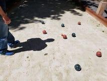 Corte de Bocce con la sombra de un hombre que estudia el juego Fotografía de archivo