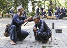 Corte de cabelo da foice na vila do miao do basha, guinzhou, porcelana Fotografia de Stock Royalty Free